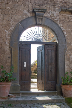 Civita di Bagnoregio - Doorway: outside on both sides